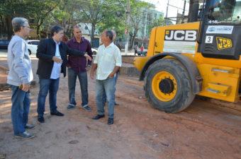 Vereador Telmo Cardoso acompanha reinício da obra na Praça do Triângulo