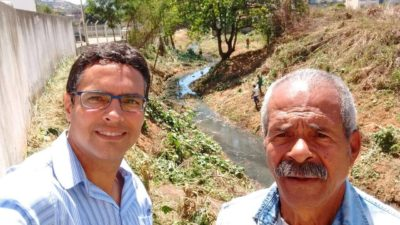 Juarez de Souza acompanha limpeza do córrego do Vila Nova
