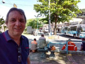 Vereador Guezo acompanha troca de poste na Praça Manoel Pinheiro