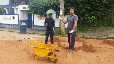 Vereador Isaías de Oliveira trabalha na desobstrução de bueiro
