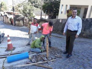 Vereador Luiz Alberto acompanha manutenção na rua que dá acesso ao Planeta Criança
