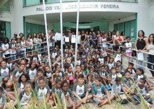 Alunas eleitas na Escola Municipal Branca Roza Cabral são empossadas na Câmara de Vereadores de Três Rios