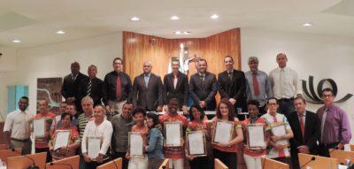 Diretor e atores da peça teatral Esquina do Brasil são homenageados na Câmara de Vereadores de Três Rios