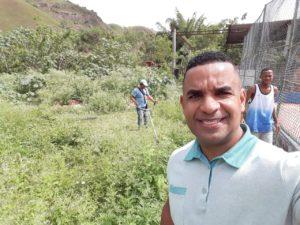 Vereador Rogério Camarinho acompanha revitalização do campo de futebol na Curva da Biquinha
