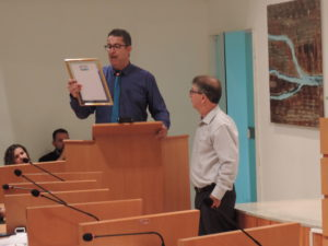 Vereador Isaías de Oliveira entrega Moções de Aplausos na Câmara de Vereadores