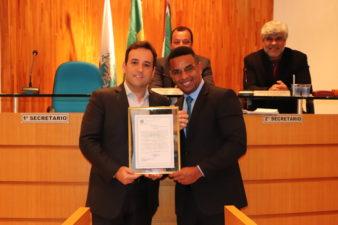 Câmara de Vereadores de Três Rios homenageia prefeito André Português