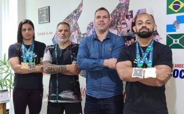 Professor Anderson Muriçoca recebe visita de campeões da IBJJF