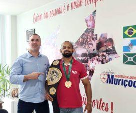 Professor Anderson Muriçoca recebe campeão de jiu-jítsu em seu gabinete